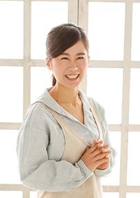 笑顔の女性「びおりーの」店主村上果優の写真204px-287px